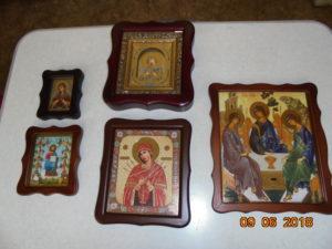 иконы в деревянных рамах